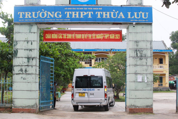A bus carries students in lockdown areas of Thua Thien-Hue Province to a venue for the national high school exam in Thua Luu High School, July 7, 2021. Photo: Phuoc Tuan / Tuoi Tre