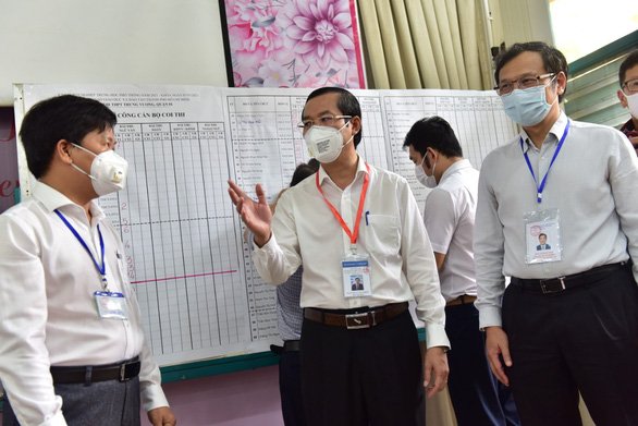 Nguyen Van Phuc (middle), deputy minister of Education and Training, visits an exam venue in Trung Vuong High School, District 1, Ho Chi Minh City, July 7, 2021. Photo: Duyen Phan / Tuoi Tre