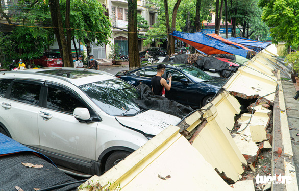 Kindergarten wall collapses, crushes 13 cars in Hanoi