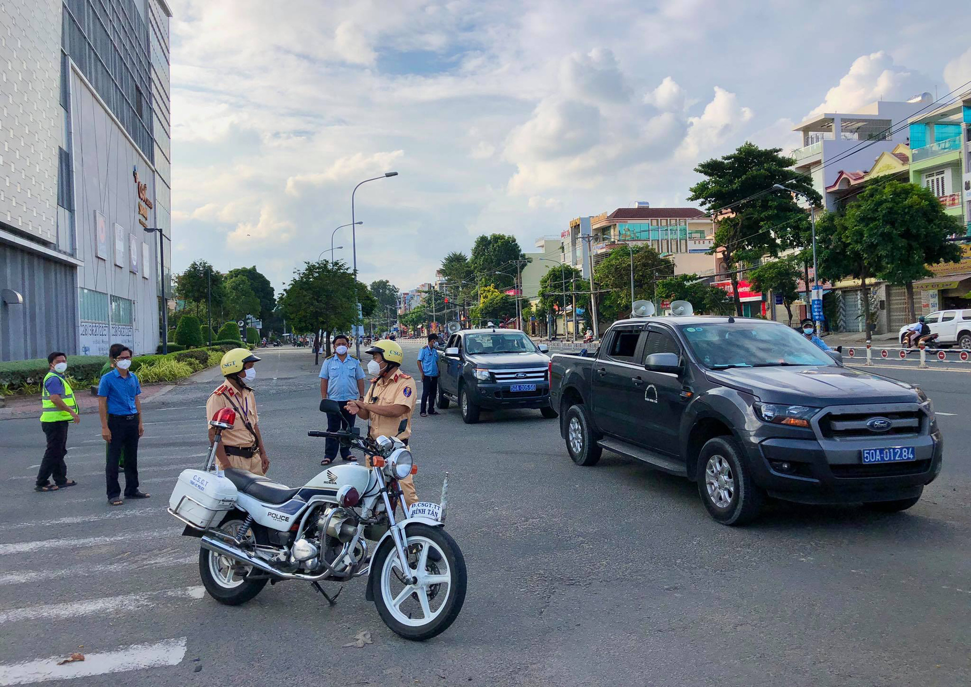 Fines go high in Ho Chi Minh City's two districts on first social distancing day
