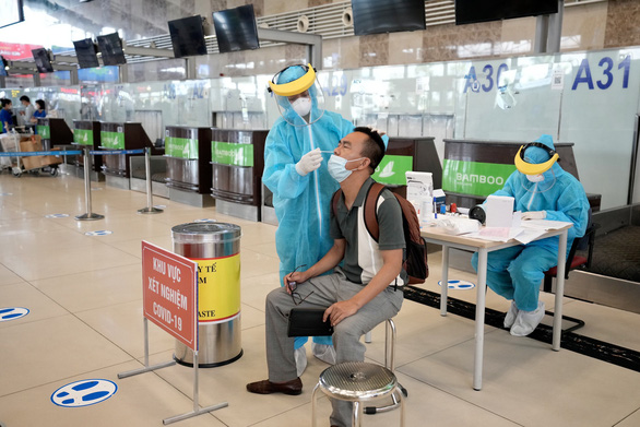 Hanoi airport offers COVID-19 testing service to passengers