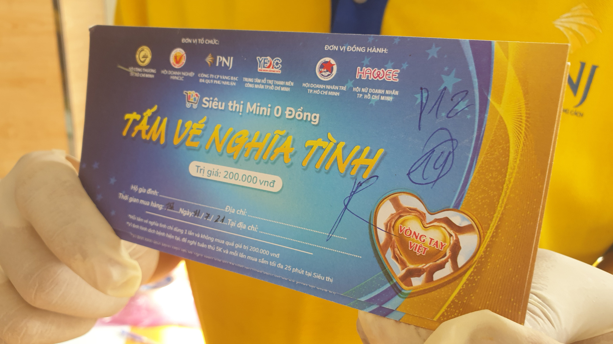 A coupon worth VND200,000 ($8.7) for people to use at the 'zero dong mini supermarkets'. Photo: N.Tri / Tuoi Tre