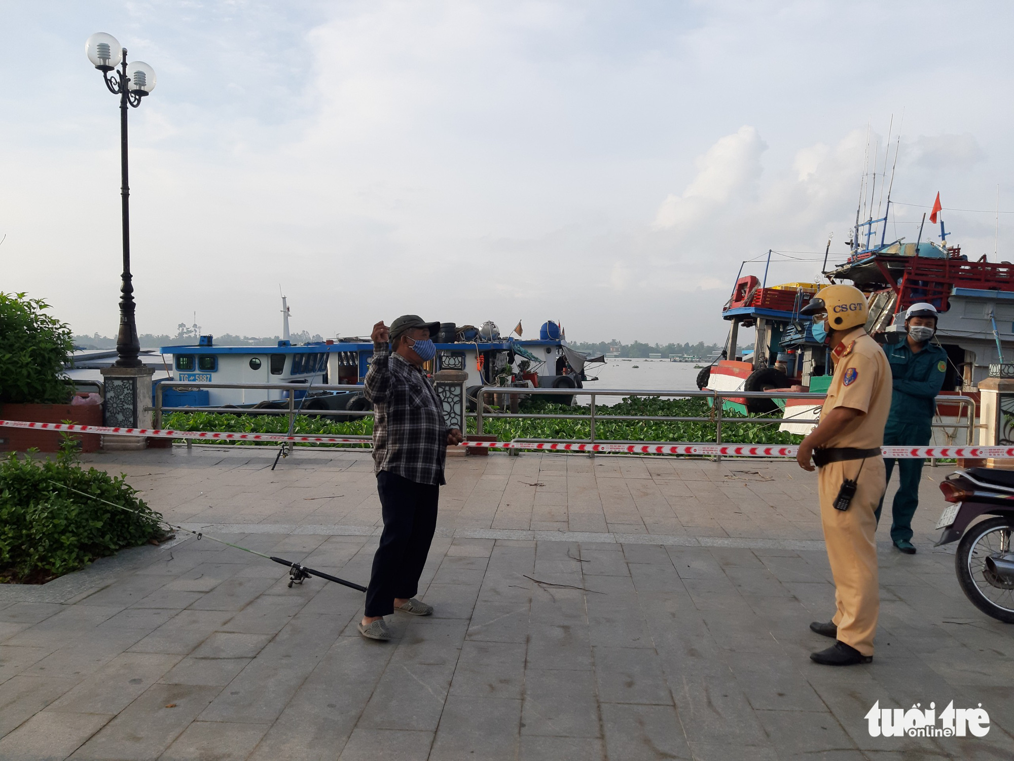 Vietnamese man jumps into river to avoid penalty for exercising outdoors against COVID-19 restrictions