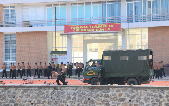 Vietnamese police conduct drill against terrorism, sabotage in COVID-19 context