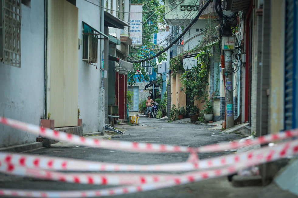 A barricaded alley of Dinh Tien Hoang Street in Binh Thanh District, Ho Chi Minh City. Photo: Chau Tuan / Tuoi Tre