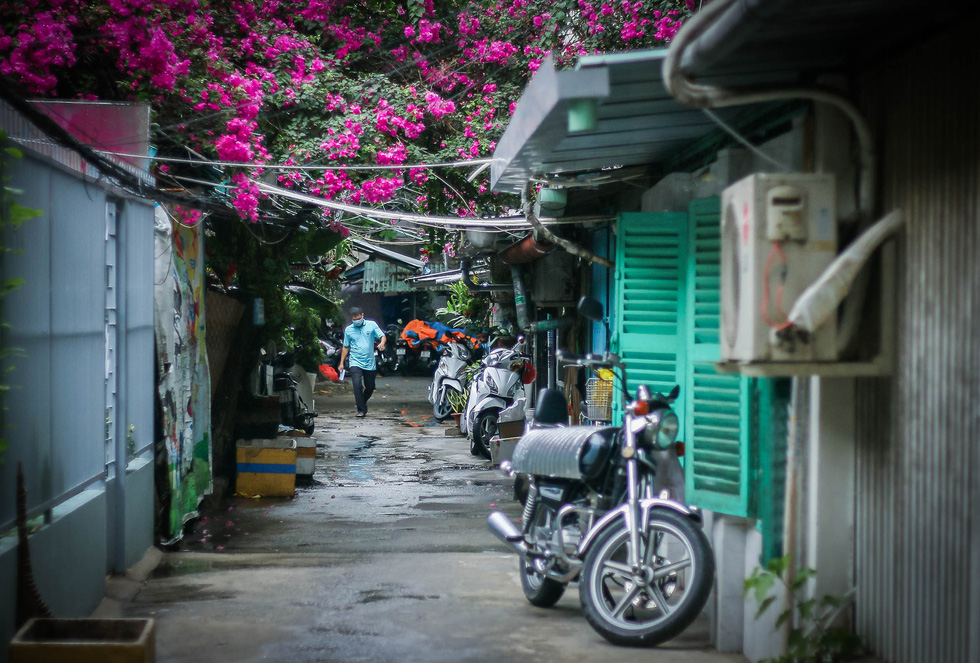 A man is seen on a desolated alley near Thanh Da apartment building of Binh Thanh District during the elevated social distancing mandate in Ho Chi Minh City. Photo: Chau Tuan / Tuoi Tre