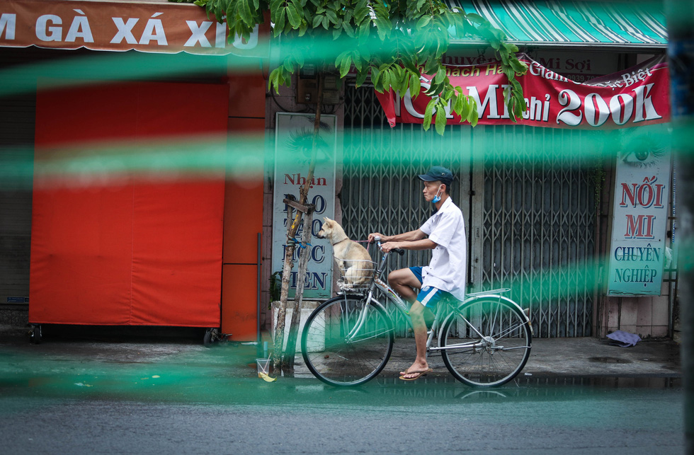 A bicycle rider is seen with his mask down during the elevated social distancing mandate in Ho Chi Minh City. Photo: Chau Tuan / Tuoi Tre