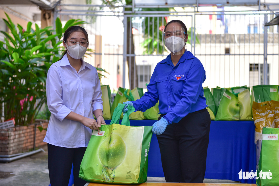 A student at Pre-University College in District 5, Ho Chi Minh City receive care packages from charity initiative 'Nghia tinh mua dich,' July 17, 2021. Photo: Ngoc Phuong / Tuoi Tre