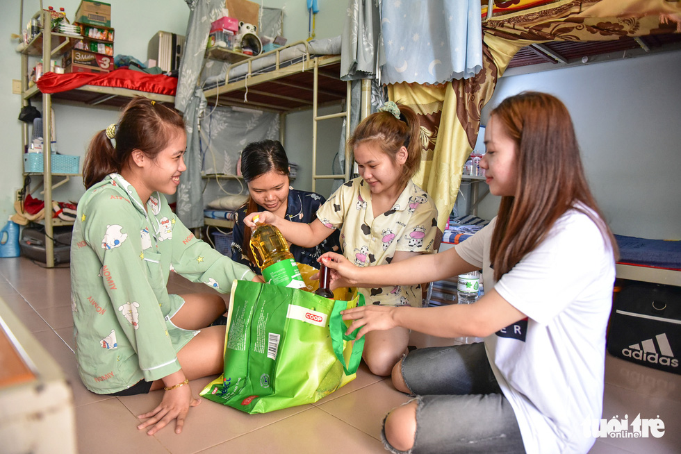 Students at a dorm room of Pre-University College in District 5, Ho Chi Minh City receive care packages from charity initiative 'Nghia tinh mua dich,' July 17, 2021. Photo: Ngoc Phuong / Tuoi Tre