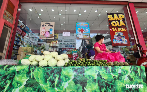 A temporary grocery stall opened in front of a baby supply store on Hoang Dieu Street, District 4, Ho Chi Minh City, July 18, 2021. Photo: Ngoc Hien / Tuoi Tre