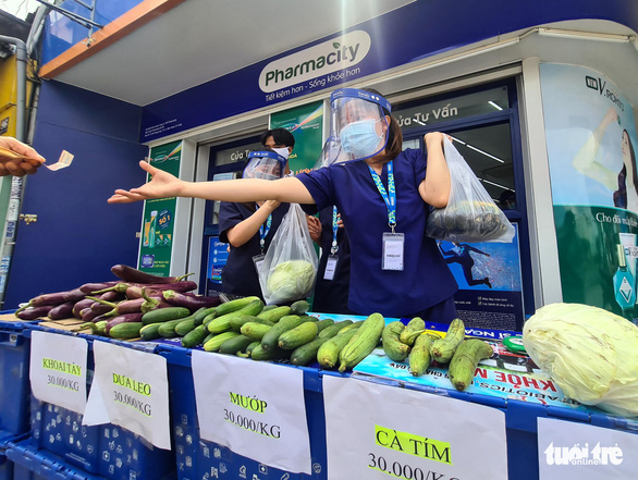 Pharmacists sell veggies at a temporary grocery stall in Ho Chi Minh City, July 18, 2021. Photo: Ngoc Hien / Tuoi Tre