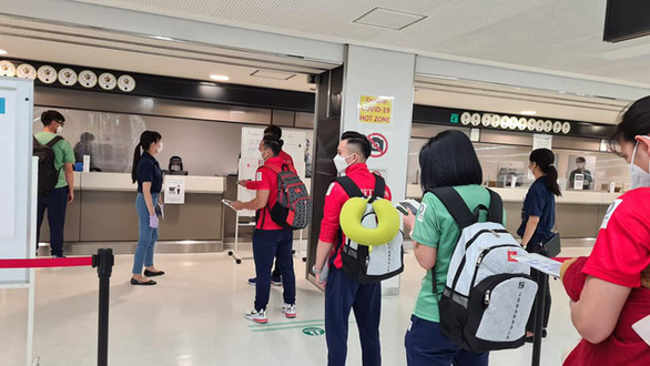 The Vietnamese sporting delegation queue for customs clearance procedure at Narita International Airport in Tokyo, July 19, 2021. Photo: Thu Sam / Tuoi Tre