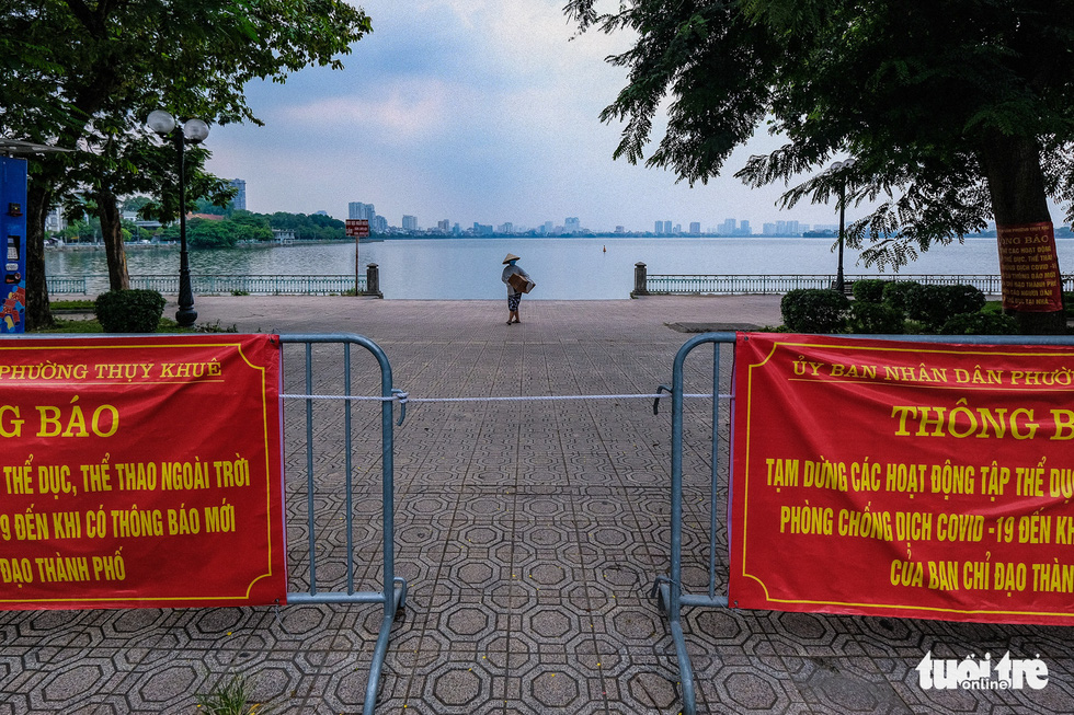 A waterfront section of West Lake in Hanoi is cordoned off, July 19, 2021. Photo: Nam Tran / Tuoi Tre