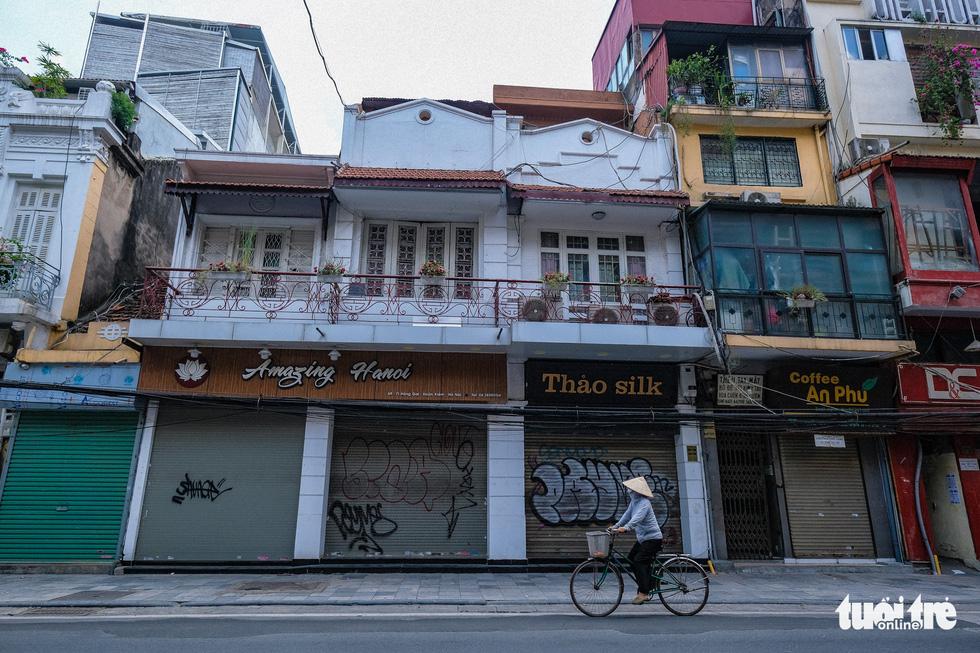 Non-essential stores on Hang Gai Street, Hoan Kiem District, Hanoi are closed, July 19, 2021. Photo: Nam Tran / Tuoi Tre