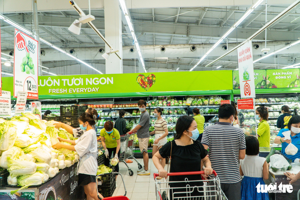 Shoppers gather at the grocery section Big C Thang Long Supermarket in Cau Giay District, Hanoi, July 19, 2021. Photo: Pham Tuan / Tuoi Tre