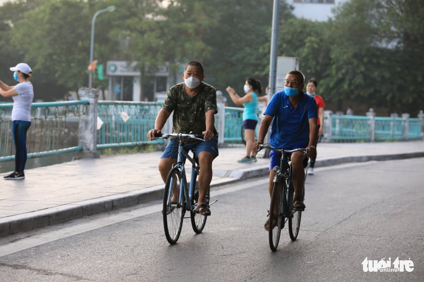 Bicyclists are seen ignoring the social distancing mandate in Hanoi, July 19, 2021. Photo: T.Dat / Tuoi Tre