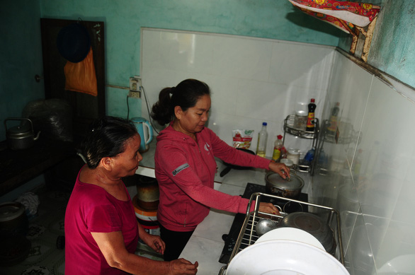 Nguyen Thi Coi's blindness stops her from doing daily housework, so Phan Thi Thiet adopted her as mother to help her out. Photo: B. D / Tuoi Tre