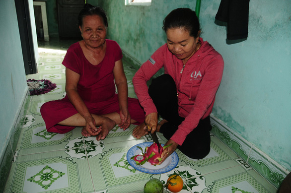 The foster daughter has brought much warmth to the lonely house of the old woman. Photo: B. D / Tuoi Tre