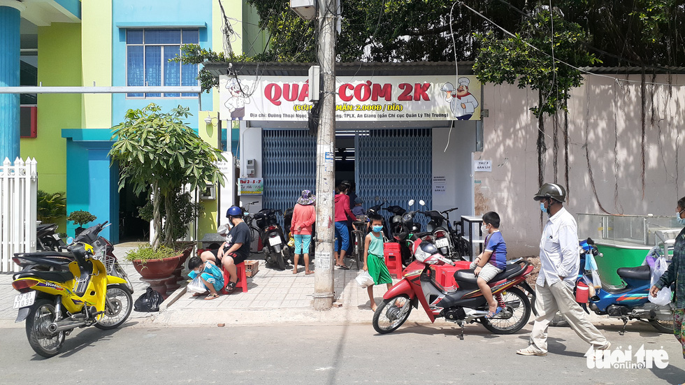 Many poor people come to the restaurant to get their VND2,000 meals during the COVID-19 pandemic. Photo: Dang Tuyet / Tuoi Tre