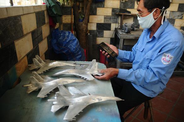 Da Nang retiree builds fighter jets in miniature