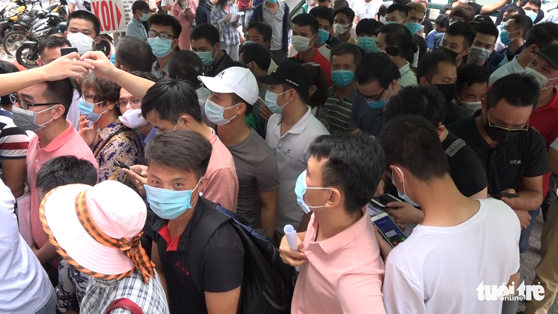 People pack COVID-19 test site in Hanoi despite gathering ban