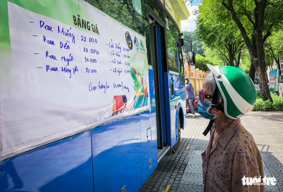 Veggie prices are announced on a poster on the side of a bus in Ho Chi Minh City, July 2021. Photo: Chau Tuan / Tuoi Tre