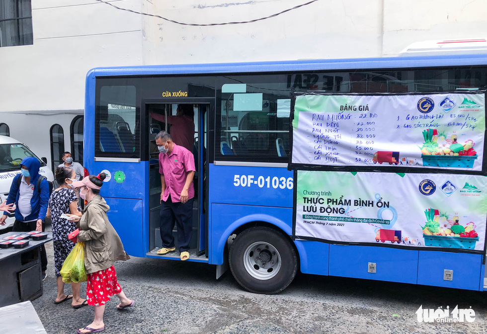 A bus is remodeled as a mobile grocery shop in Ho Chi Minh City, July 2021. Photo: Chau Tuan / Tuoi Tre