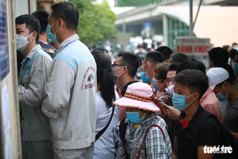 People crowd the National Institute for Control of Vaccine and Biologicals to take COVID-19 tests in Hanoi, July 21, 2021. Photo: D. Thanh / Tuoi Tre