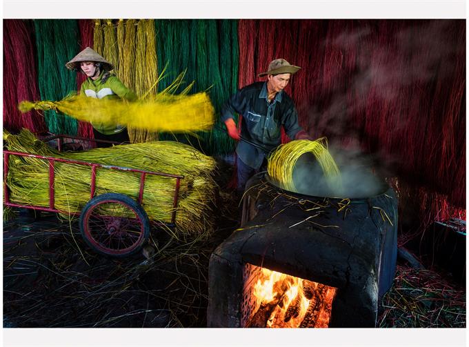 'Phoi Chieu Coi' (Drying sedge mat). Photo: Dzung Nguyen / VAPA