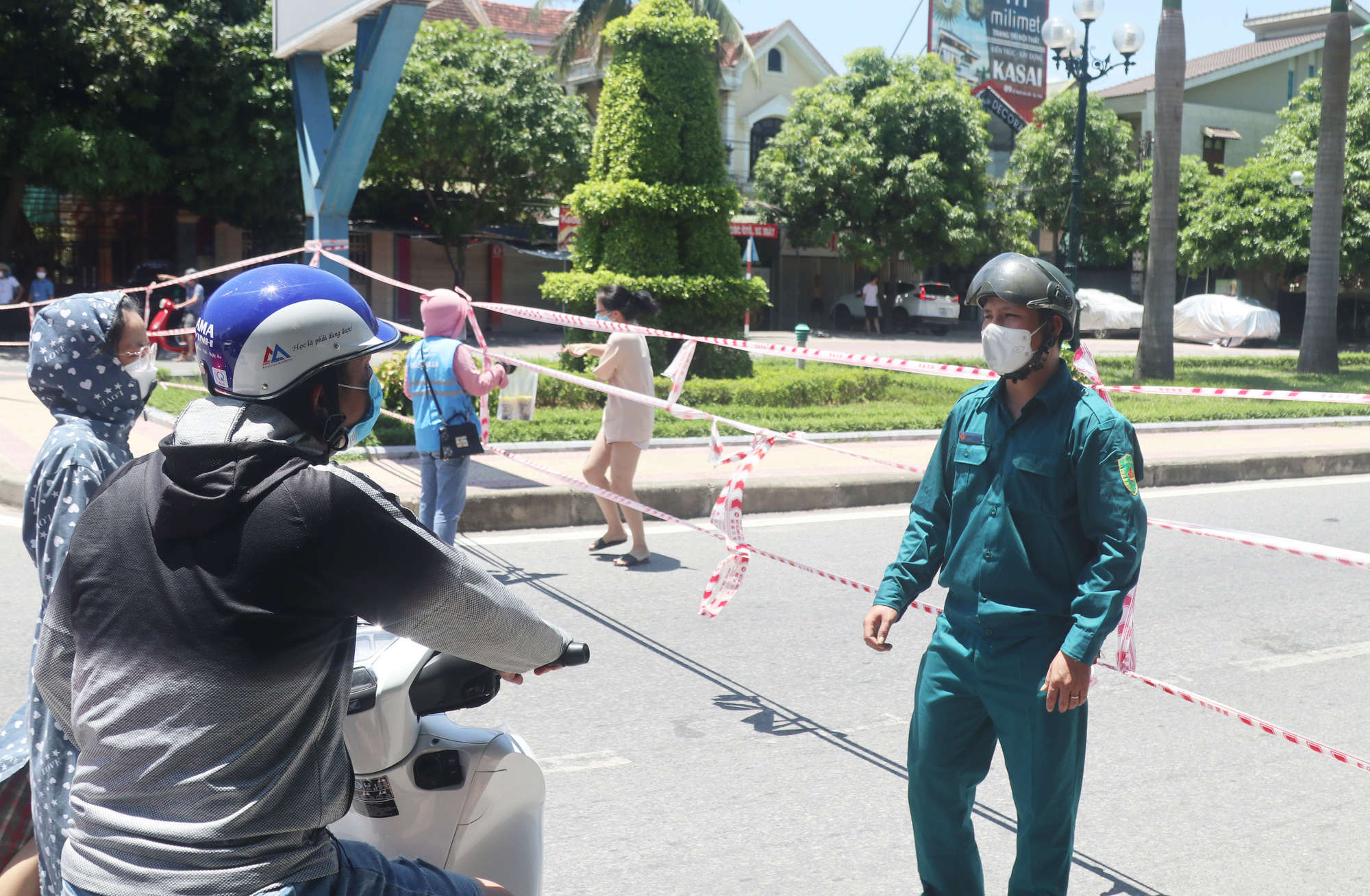 Days-long motorbike trips the only option for stranded Vietnamese to return home amidst pandemic