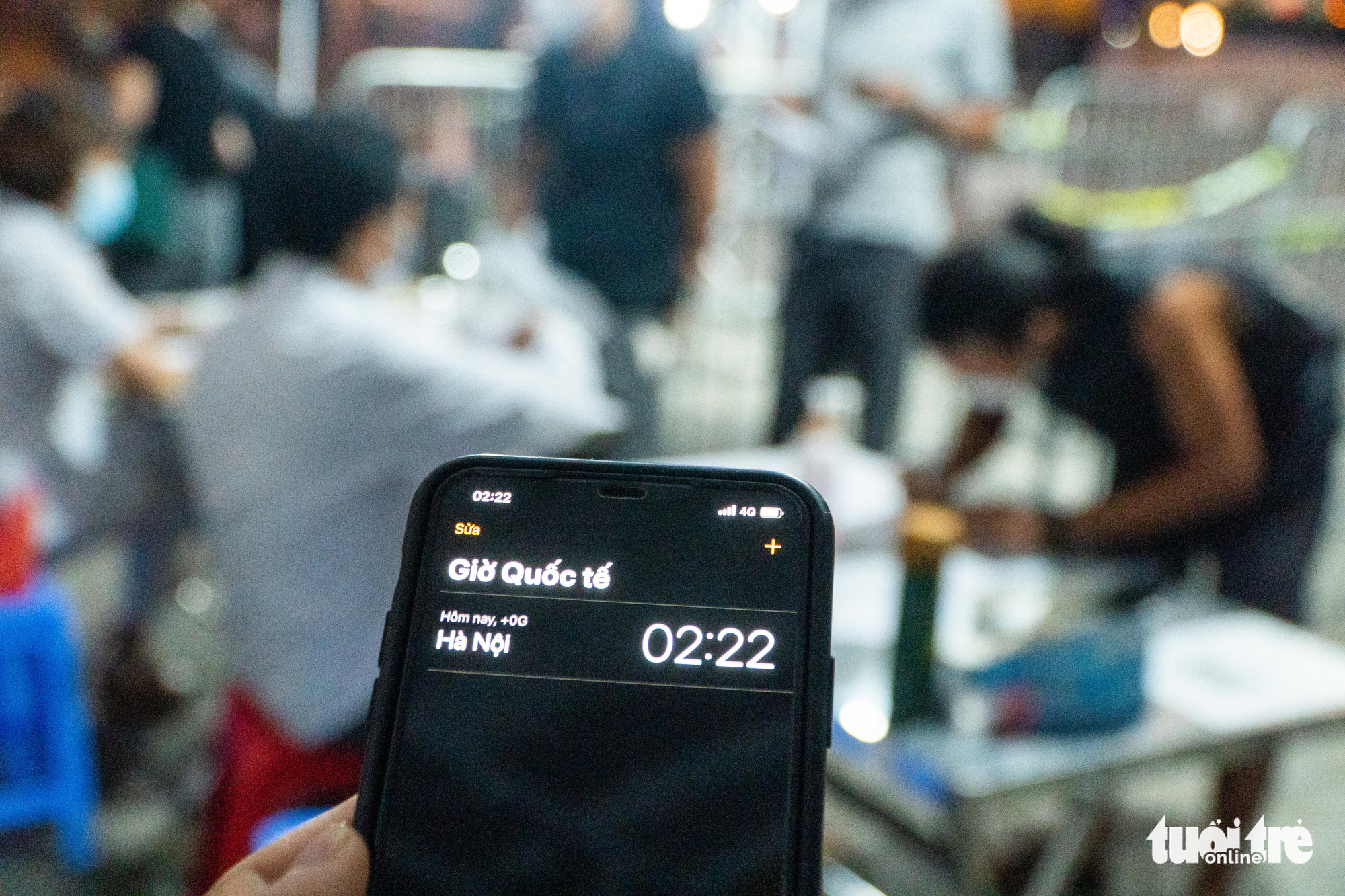 A smartphone screen shows it is 2:22 am at a medical checkpoint on Phap Van - Cau Gie Expressway in Hanoi, July 24, 2021. Photo: Pham Tuan / Tuoi Tre