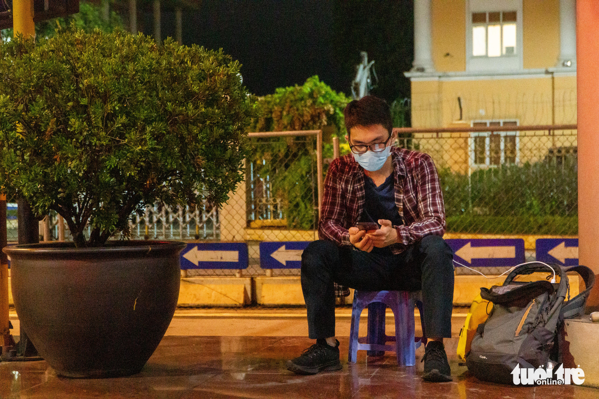 Trinh Van Duong, 25, from Thanh Hoa Province, waits for a ride home at a medical checkpoint on Phap Van - Cau Gie Expressway in Hanoi, July 24, 2021. Photo: Pham Tuan / Tuoi Tre