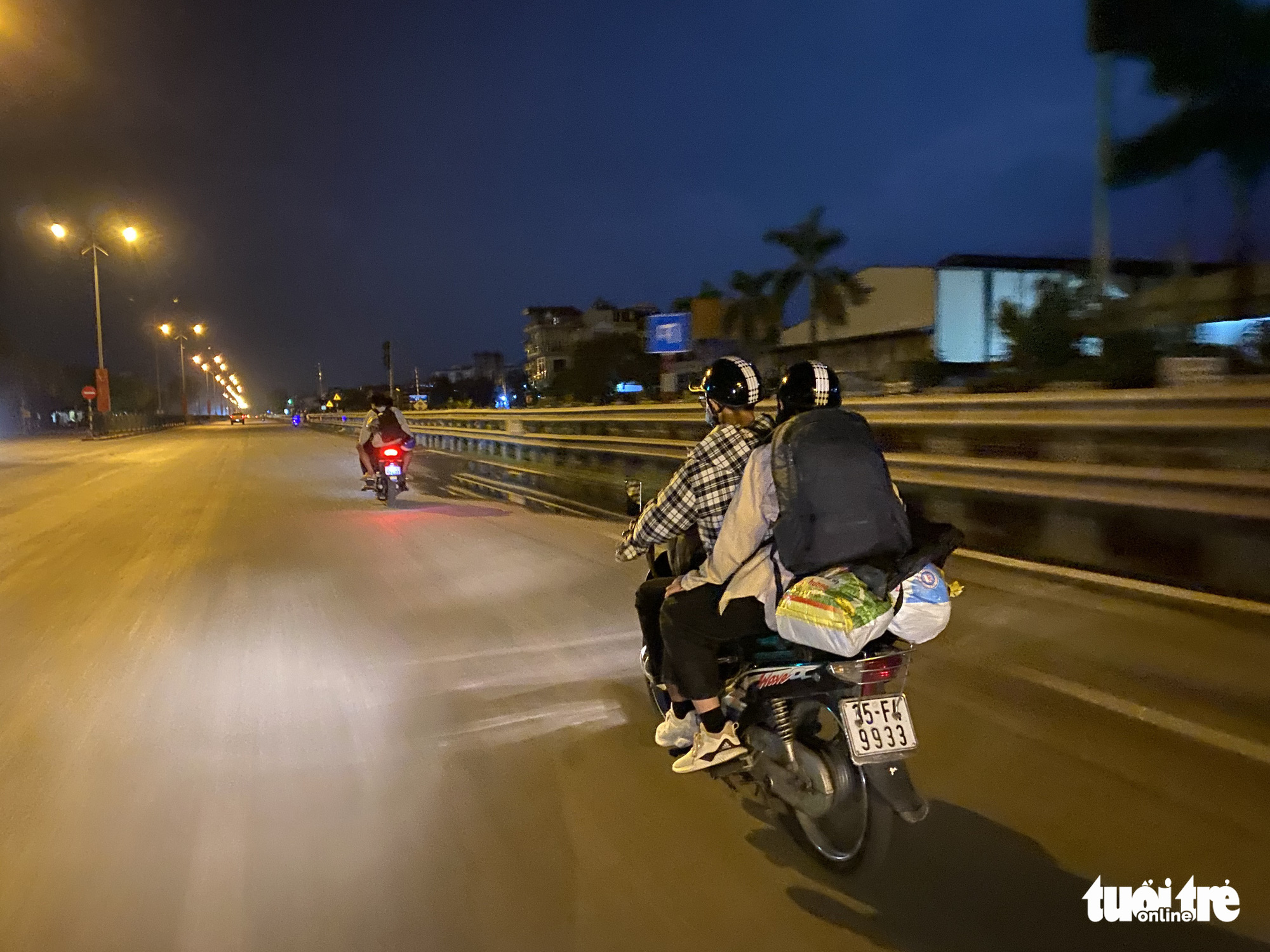 People exit Hanoi on motorbike on National Highway 1A in Thanh Tri District, July 24, 2021. Photo: Pham Tuan / Tuoi Tre