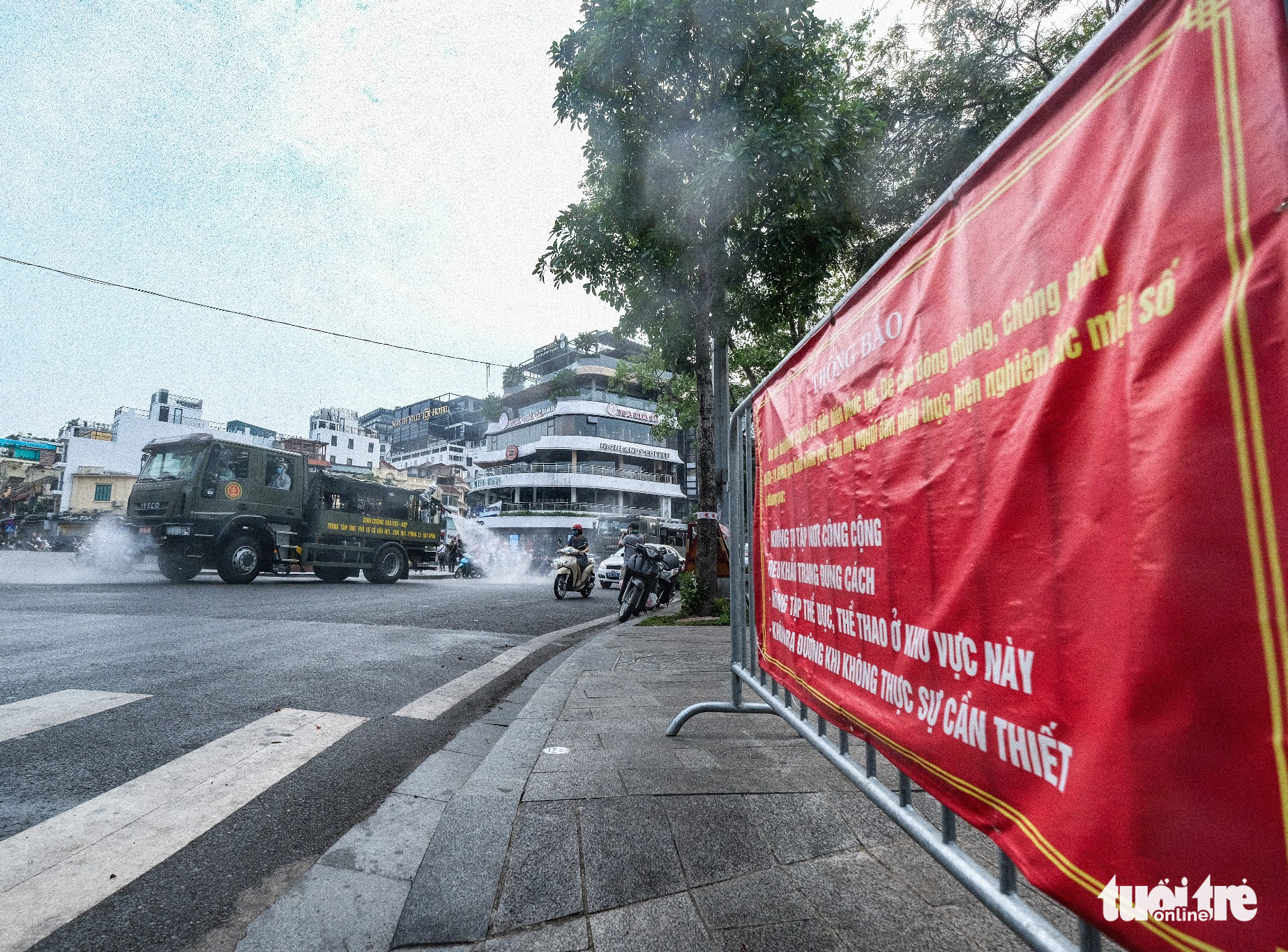This image shows a specialized vehicle spraying chemicals to disinfect a street in Hoan Kiem District, Hanoi, July 26, 2021. Photo: Nam Tran / Tuoi Tre