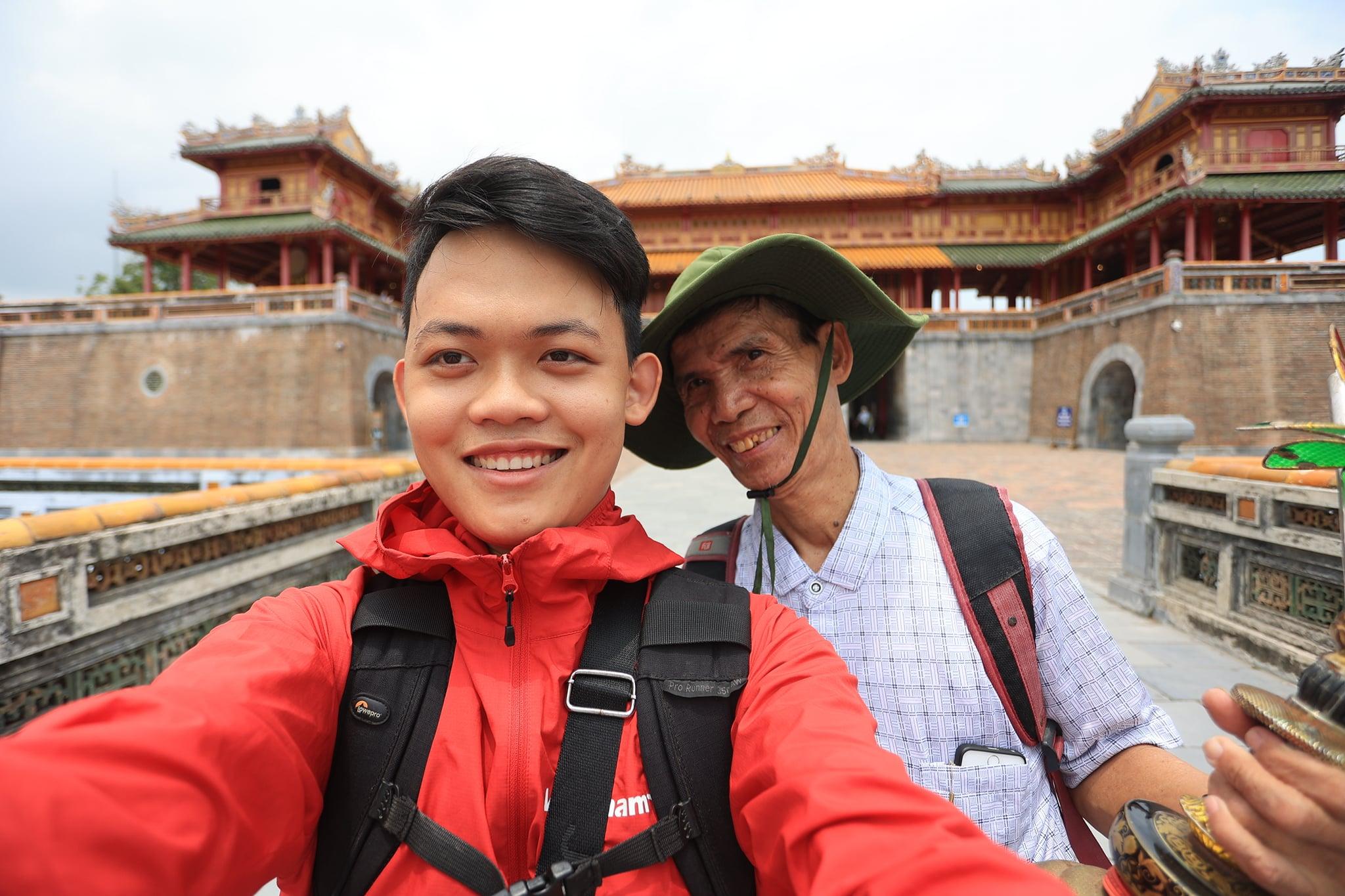 Chu Dinh Hoa (R) and Hoang Tien Dat take a selfie while visiting Hue in April 2021. Photo: Hoang Tien Dat