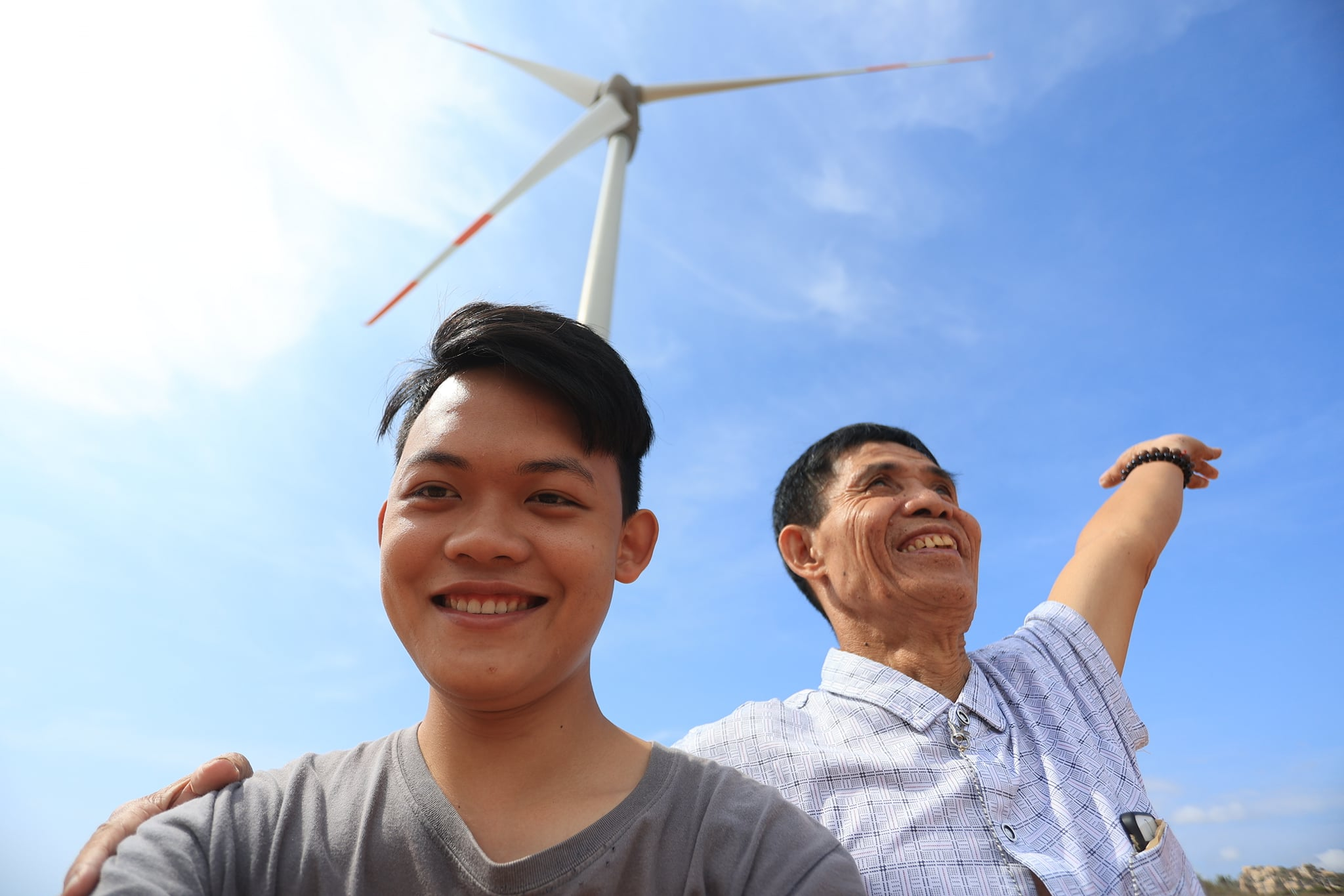Chu Dinh Hoa (R) and Hoang Tien Dat take a selfie while visiting the central province of Ninh Thuan in April 2021. Photo: Hoang Tien Dat