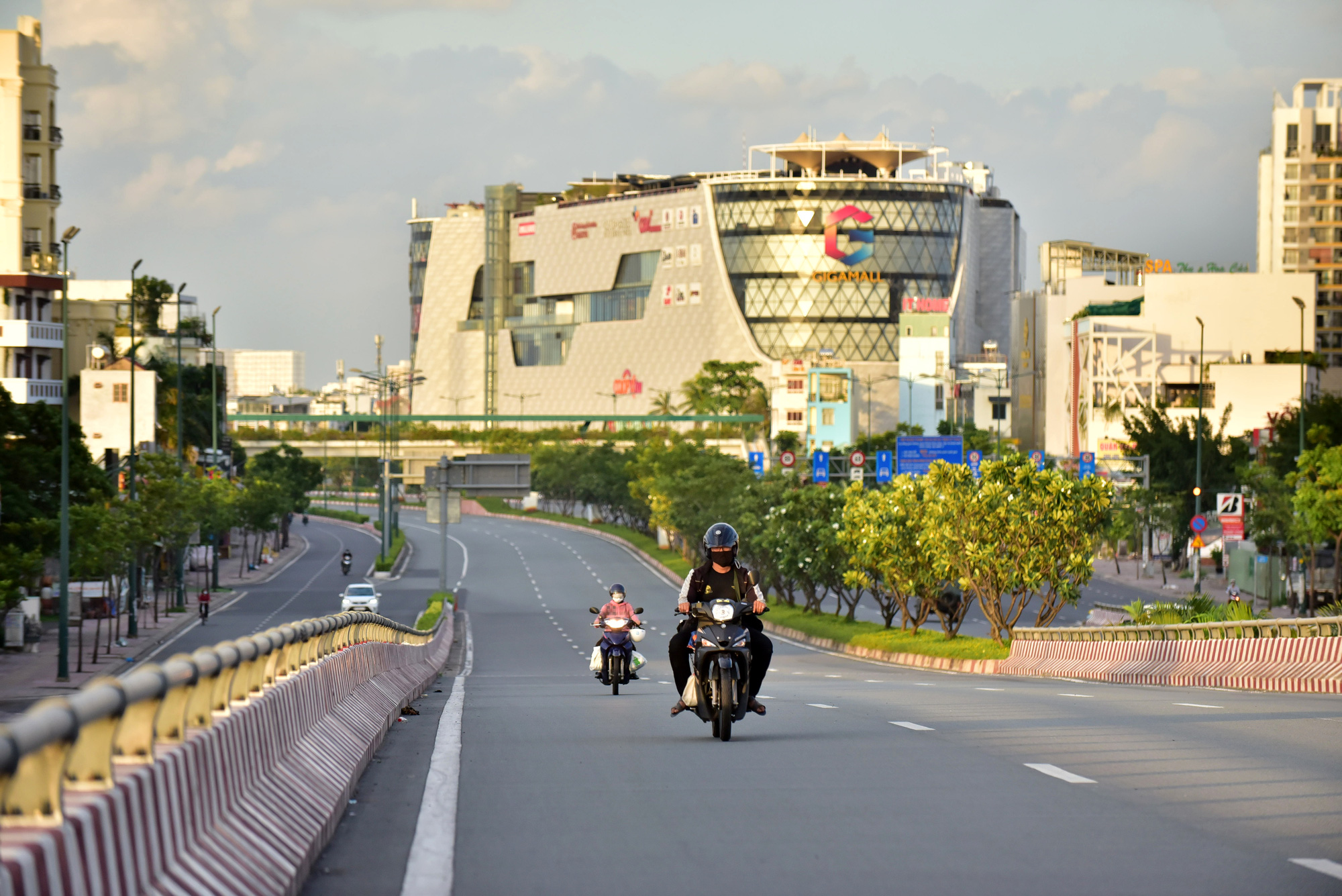 Few commuters travel on Binh Loi Bridge in Ho Chi Minh City after 6:00 pm on July 26, 2021. Photo: Duyen Phan / Tuoi Tre