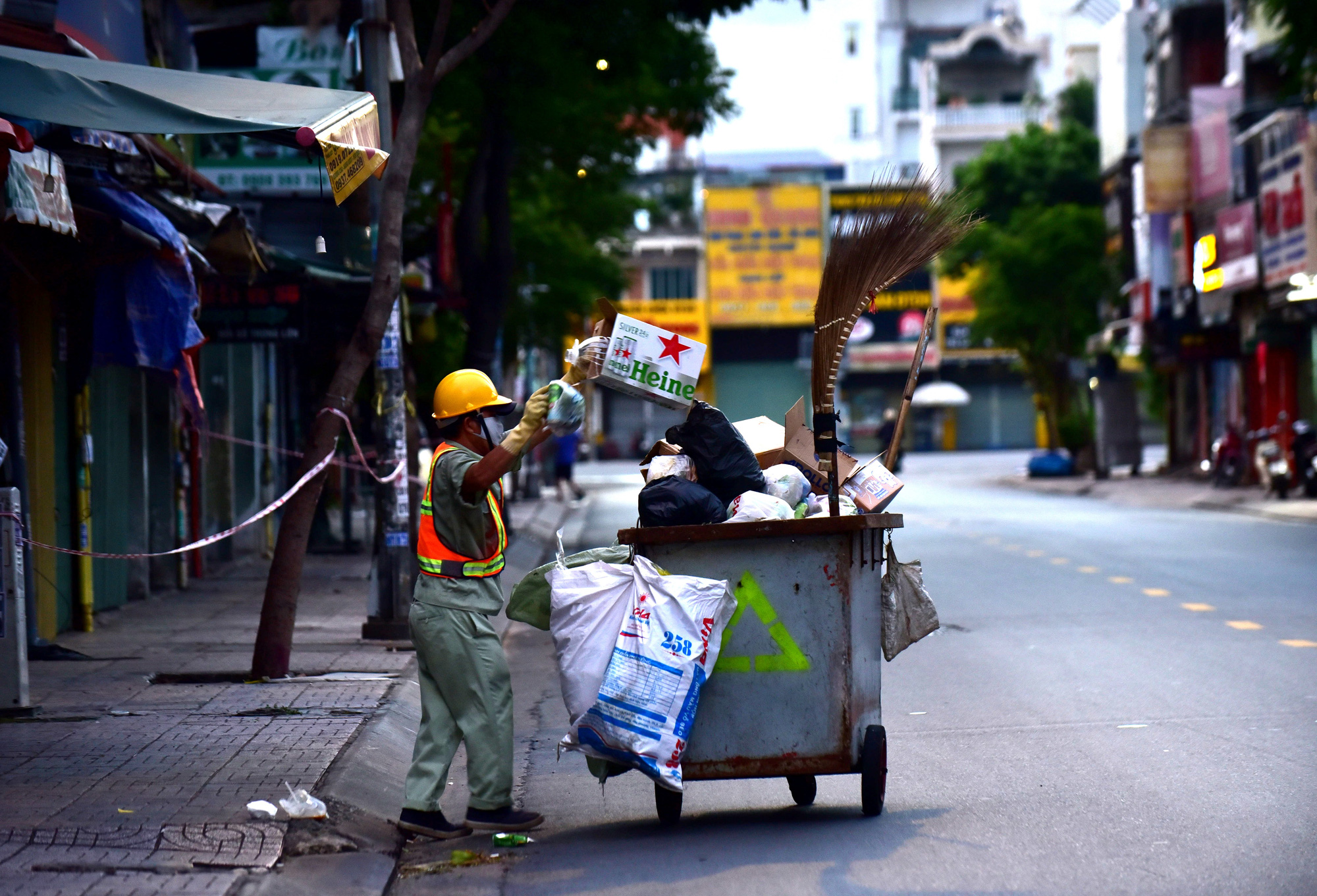 A street sweeper is pictured on a street in Ho Chi Minh City after 6:00 pm on July 26, 2021. Photo: Duyen Phan / Tuoi Tre