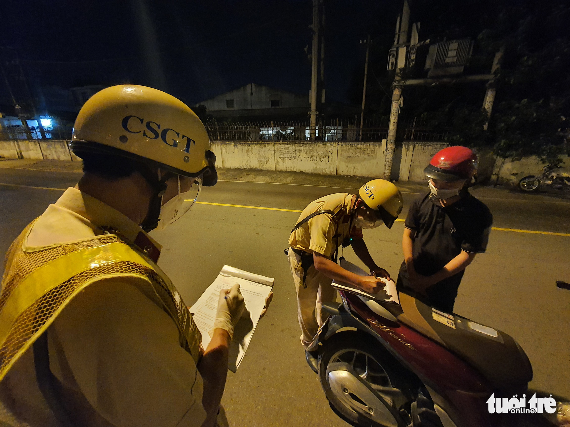 A man is booked for going outside after 6:00 pm in Ho Chi Minh City, July 26, 2021. Photo: Minh Hoa / Tuoi Tre