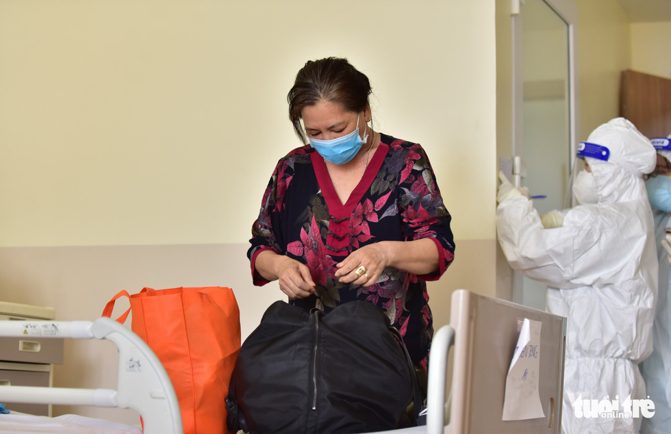 Nguyen Thi Tieng, a recovered COVID-19 patient, packs her bag before leaving the COVID-19 Resuscitation Hospital in Thu Duc City, Ho Chi Minh City, July 26, 2021. Photo: Duyen Phan / Tuoi Tre