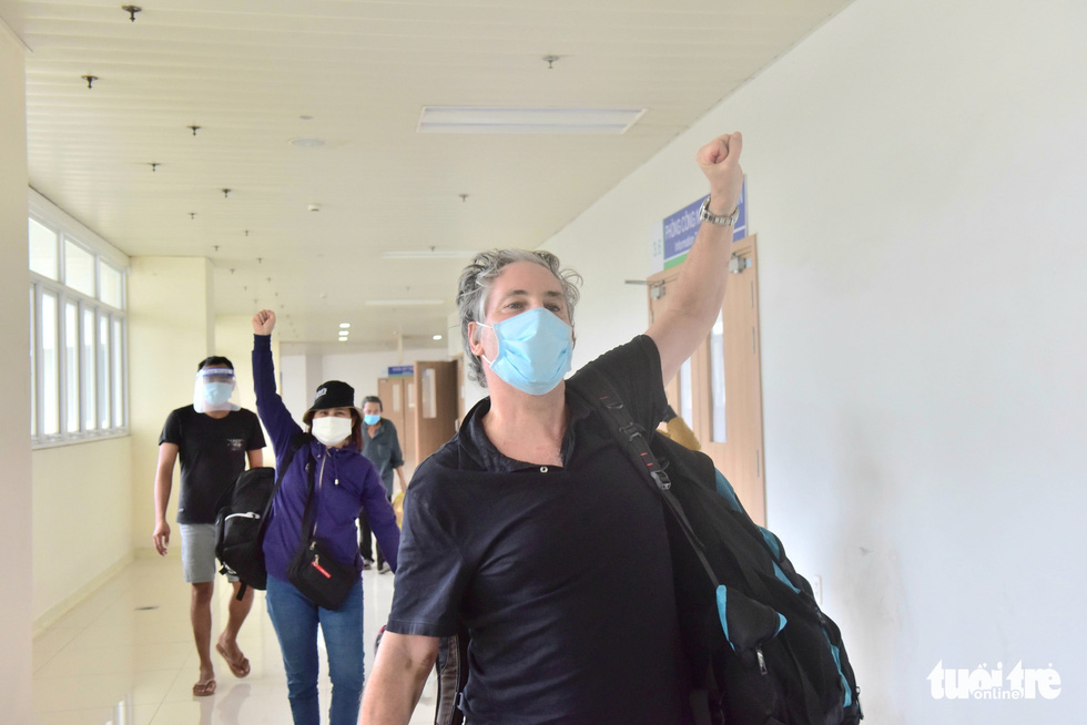 A British patient (front) cheers after he was given the discharge from the COVID-19 Resuscitation Hospital in Thu Duc City, Ho Chi Minh City, July 26, 2021. Photo: Duyen Phan / Tuoi Tre
