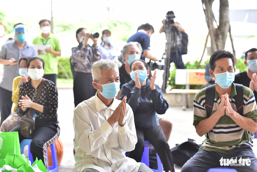 Recovered patients clap during their discharge ceremony in the COVID-19 Resuscitation Hospital in Thu Duc City, Ho Chi Minh City, July 26, 2021. Photo: Duyen Phan / Tuoi Tre