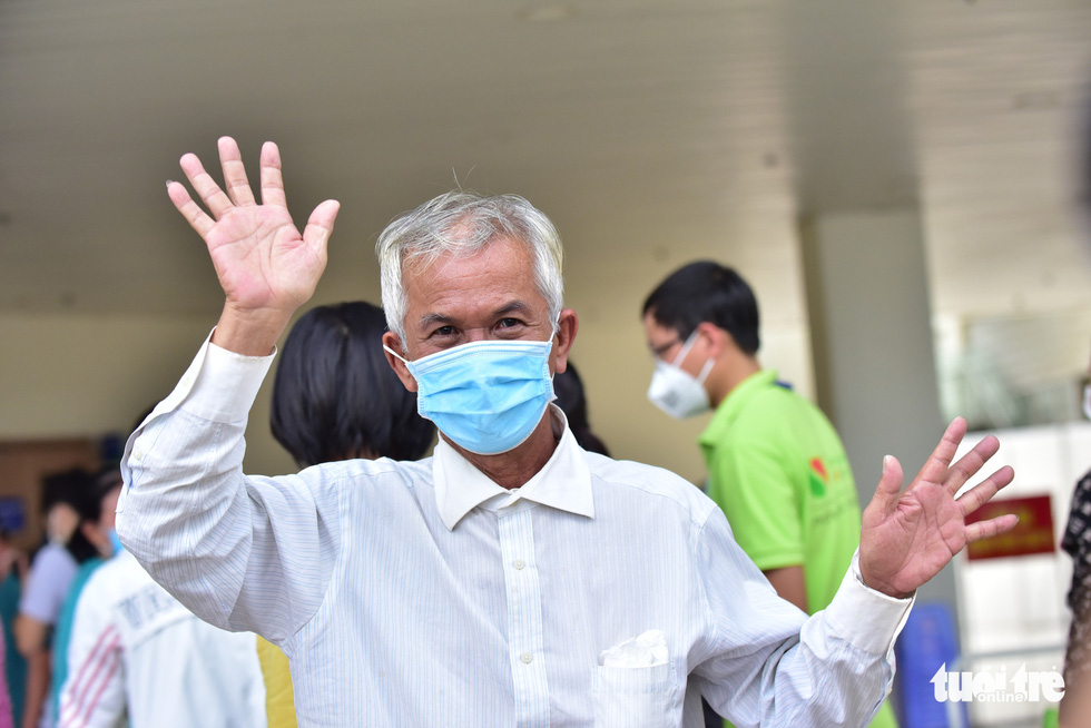 A patient waves after being discharged from the COVID-19 Resuscitation Hospital in Thu Duc City, Ho Chi Minh City, July 26, 2021. Photo: Duyen Phan / Tuoi Tre.