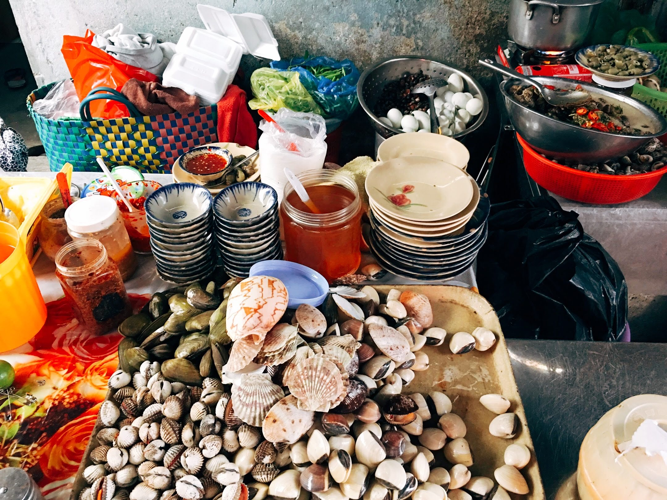 Fresh snails are waiting to be cooked as diners' order at a small stall at Vuon Chuoi Market in Ho Chi Minh City's District 3. Photo: Dong Nguyen / Tuoi Tre News