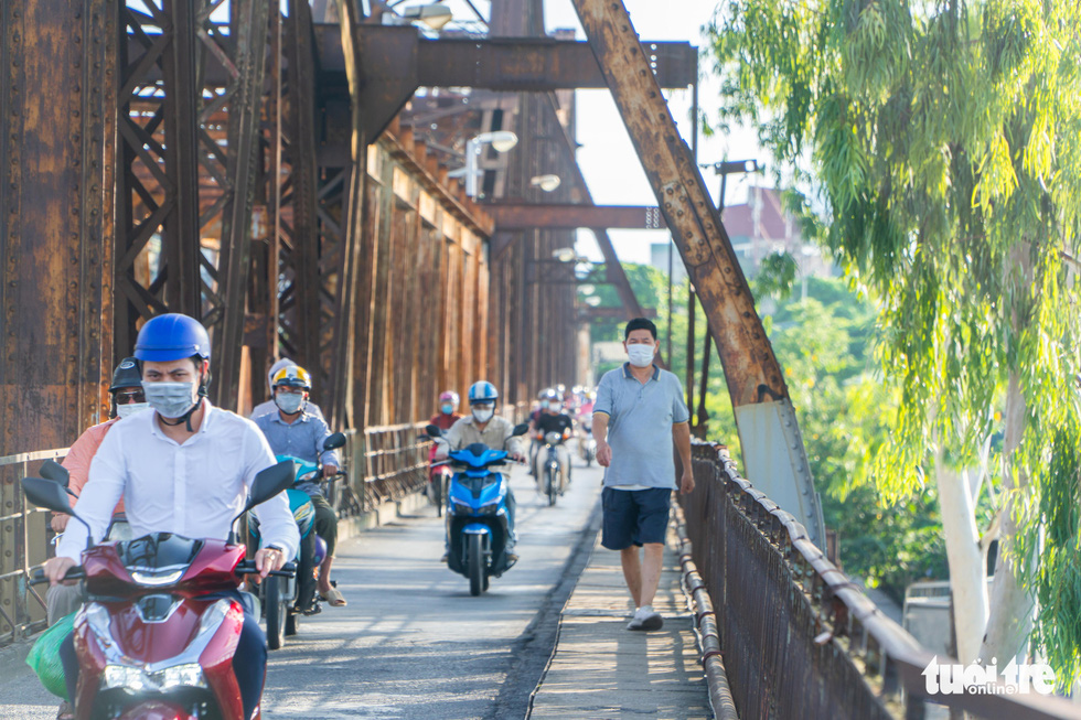 A man jogs on Long Bien Bridge of Hanoi, July 27, 2021. Photo: Pham Tuan / Tuoi Tre