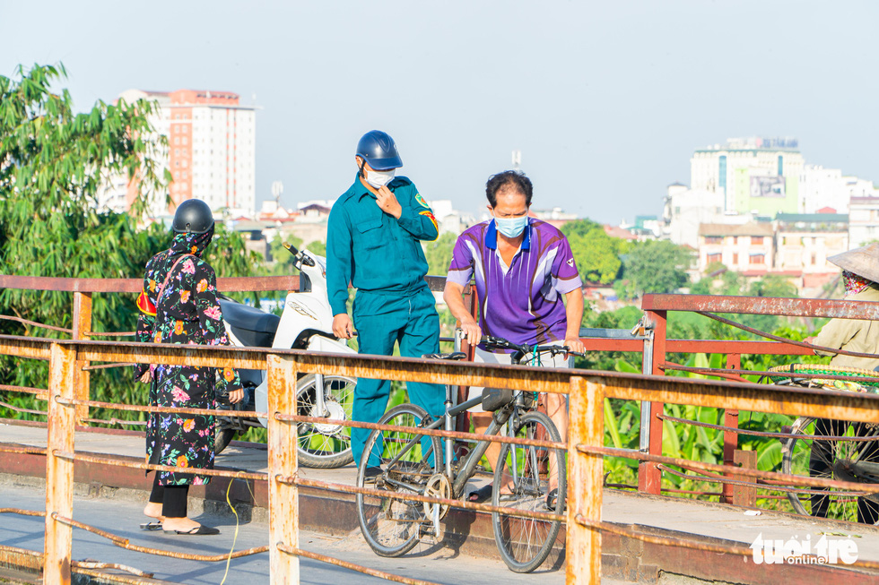 Flouting movement restrictions, Hanoi residents push on with  fishing, outdoor exercise
