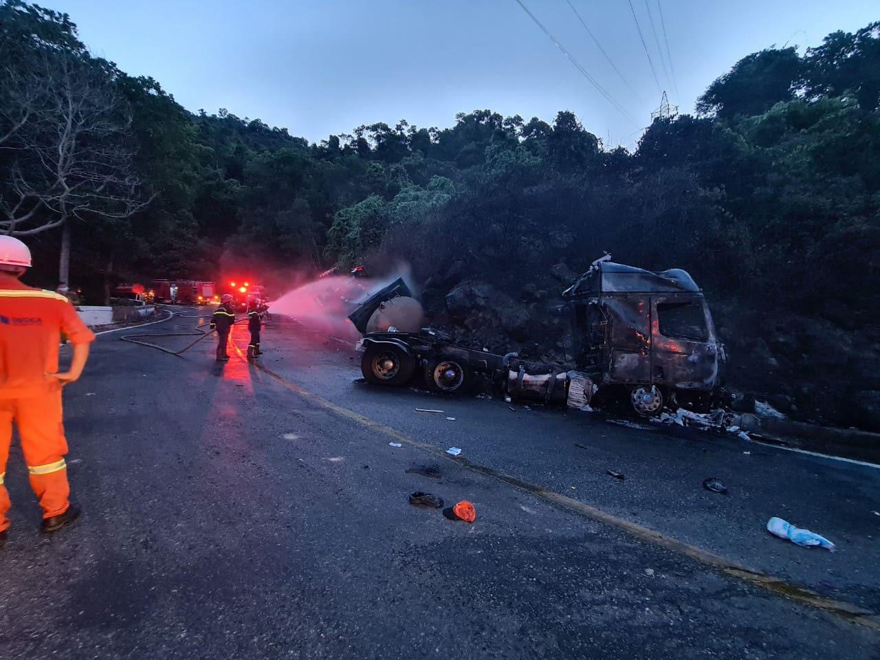 Fuel truck overturns, bursts into flames on Hai Van Pass in central Vietnam