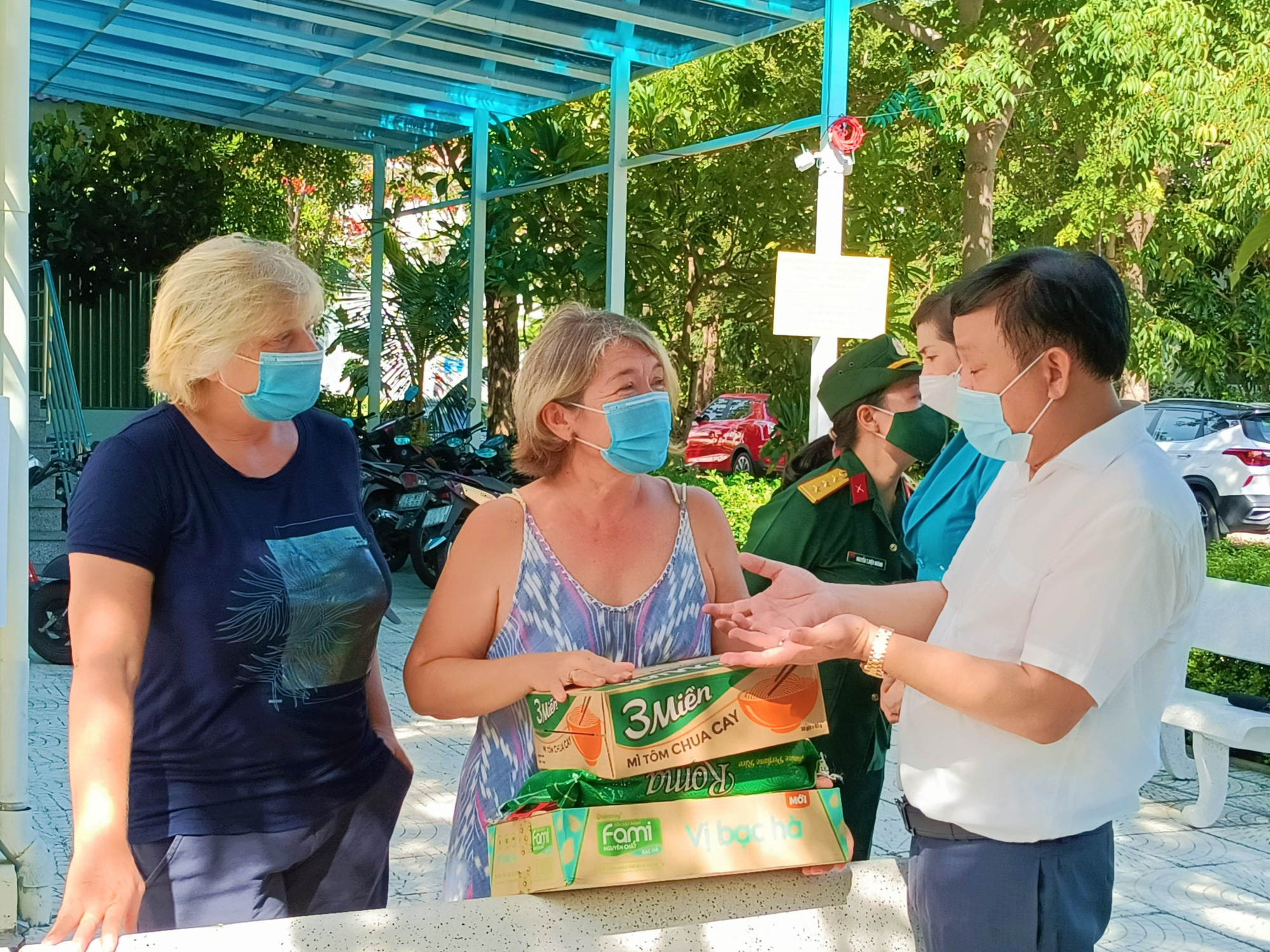 100 Russians receive food aid amid COVID-19 pandemic in Vietnam's Nha Trang City