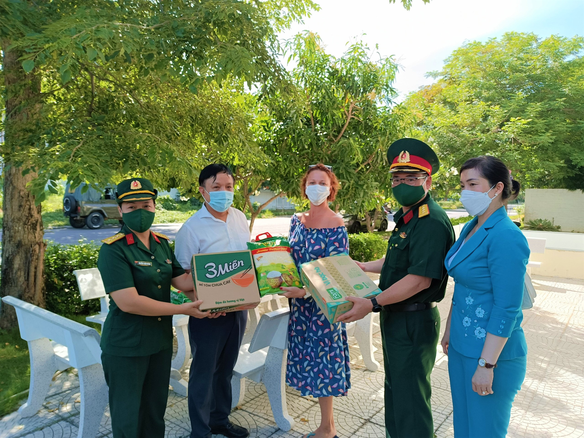 Officers from the Military Command and the Youth Union of Khanh Hoa Province donate food to a Russian resident in Nha Trang City, Vietnam, July 31, 2021. Photo: Minh Chien / Tuoi Tre