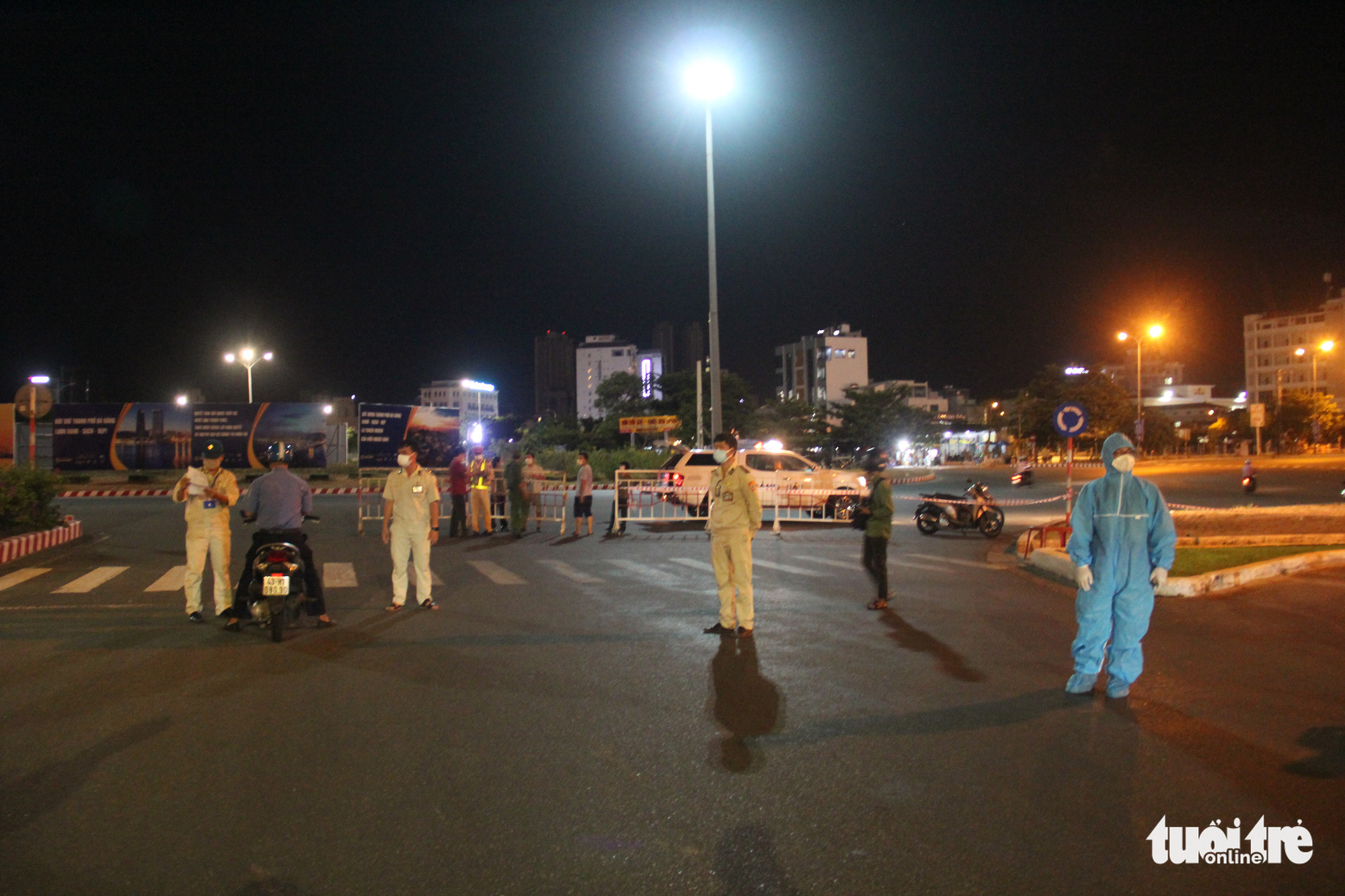 Officers establish a checkpoint on a street in Da Nang, July 31, 2021. Photo: Truong Trung / Tuoi Tre